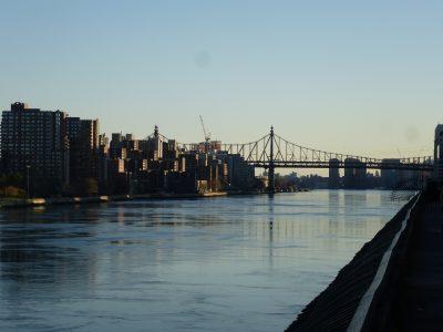 New York, chicche: Carl Shurtz Park, vista su Queensboro Bridge