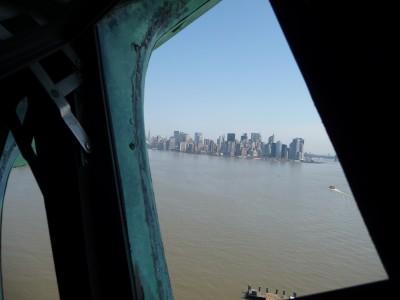 Vista su Manhattan dall'interno della Corona della Statua della Libertà